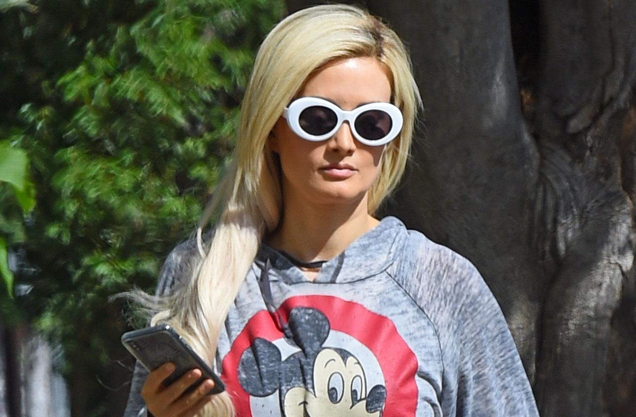 Holly Madison Ditches Wedding Ring Divorce