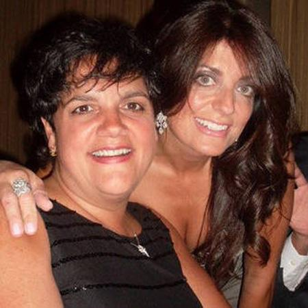 //kathy wakile poses with her sister rosie pierri