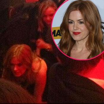 actress-isla-fisher-crawls-out-australia-awards-cermony-Los-Angeles