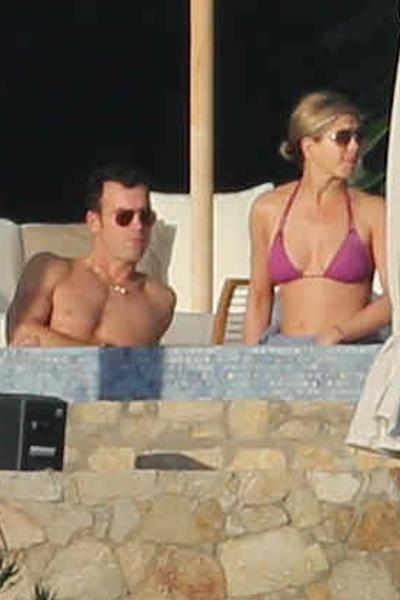 //jennifer aniston justin theroux host hollywood friends cabo mexico