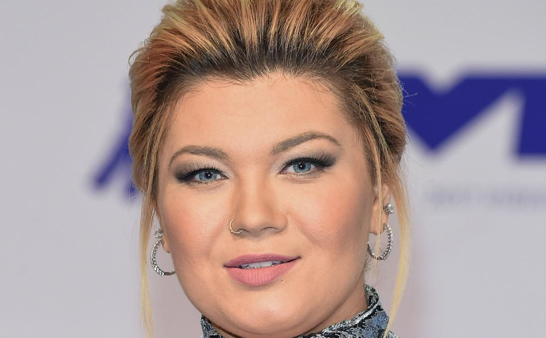 Close up on Amber Portwood in a patterned dress on the MTV red carpet.