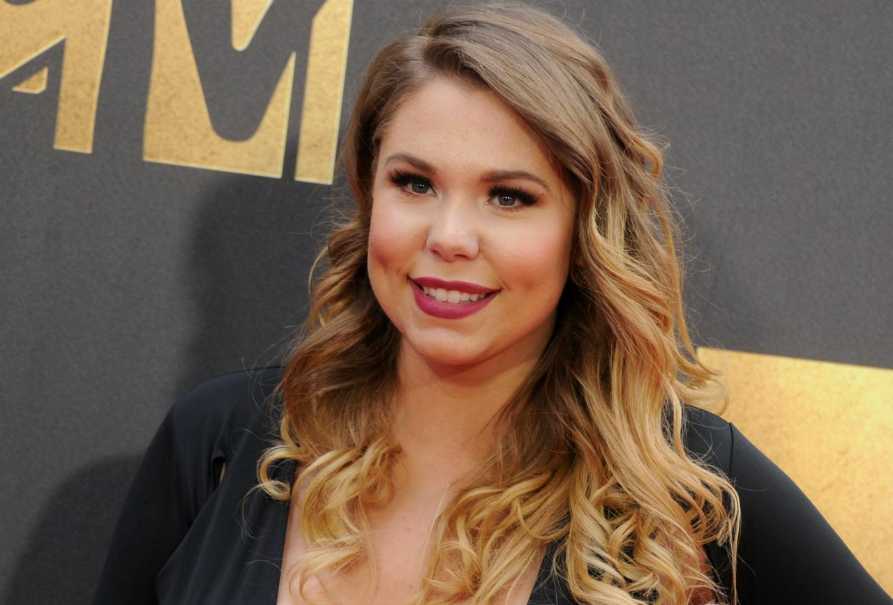 Teen Mom 2 star Kailyn Lowry wears a black dress with a plunging neckline at the 2016 MTV Movie Awards