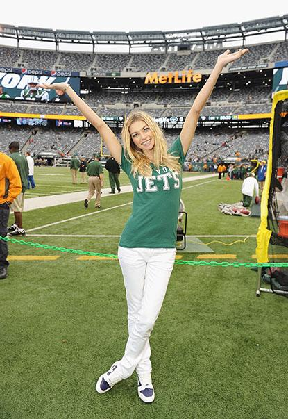 //victorias_secret_pink_model_jessica_hart_attends_the_jets_game_to_celebrate_the_nfl_victorias_secret_pink_collection_at_metlife_stadium__px