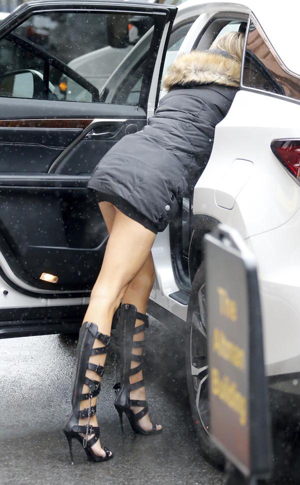 Sports Illustrated Model Samantha Hoopes Suffers Wardrobe